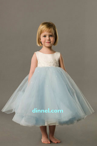 2c882c93ec6 Flower girl is a little angel who props up wedding gown train ...